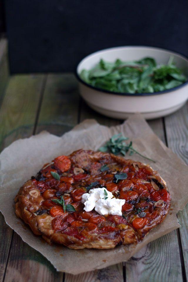 Op de maandag kook ik vaak thuis. Zo maakte ik laatst deze tarte tatin van tomaten. De tatin viel zo goed in de smaak, dat ik wekelijks de vraag kreeg wanneer het recept nou online zou komen zodat ze het thuis ook kunnen maken. Op de een of andere manier stond het recept al de hele tijd in het archief, maar een blogpost kwam er maar niet van. Met sommige recepten heb je dat. Eigenlijk niet eens met een reden. De tomaten tarte tatin bleef – geheel onterecht, want hij is echt heel lekker – ...
