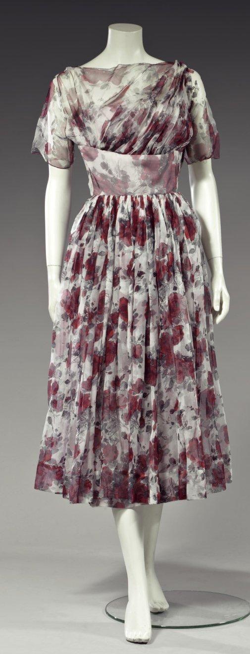 """Madame GRES Robe d'après-midi vers 1955. Organza de soie imprimé de roses rouges et feuilles grises. Corsage drapé en diagonale à taille haute prise dans une large ceinture-corselet. """"Madame Grès Paris"""""""