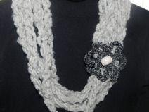 Sciarpa collana con fiore realizzata  uncinetto