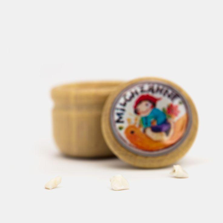 """Milchzahndose zum Zuschrauben, Holz, Ø 3,5 cm    Schätze hüten, Schätze verstecken in Schachteln, Kisten, Dosen, Schätze zeigen und Geheimnisse wahren... All dies ist für Kinder von allergrößter  Wichtigkeit und wenn wir ganz tief in uns hineinhorchen, können wir diese wohlige Spannung aus der Kindheit vielleicht noch in uns nachhallen hören. Kommt die Zeit des Zahnwechsels und die Wackelzähne werden von ihren Nachfolgern rücksichtslos """"heraus geschubst"""", sind die eigenen Milchzähne..."""