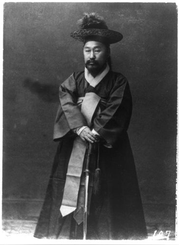 The date on this photo is listed as 1910-1920. One of Empress Sunjeong's servants. Library of Congress Prints and Photos, Frank and Francis Carpenter Collection