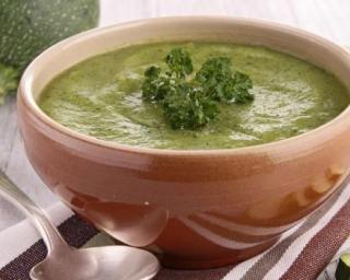 Soupe régime verte de courgettes au chèvre et aux herbes : http://www.fourchette-et-bikini.fr/recettes/recettes-minceur/soupe-regime-verte-de-courgettes-au-chevre-et-aux-herbes.html