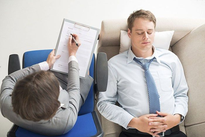 Psikolog olmak günümüzde bir çok gencin hayali. Peki psikolog nedir? Psikolog çeşitli ruhsal rahatsızlıklardan şikayetçi olanlara psikoterapi başta olmak üzere çeşitli terapiler uygulayarak onları daha iyi hissettirmeye çalışan kişidir.