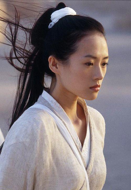 """Zhang Ziyi, die o.a. meespeelde in """"Memoirs of a geisha"""", vertolkt de rol van Miyako, de burin en vriendin van Etsuko. Toen Etsuko haar vriendin na de bevalling ging bezoeken in het ziekenhuis, wuifde ze haar vraag of ht pijn gedaan had weg. """"Ik kan het me niet herinneren"""", zei Miyako. """"Is Yasuo geen wolk van een baby?"""""""