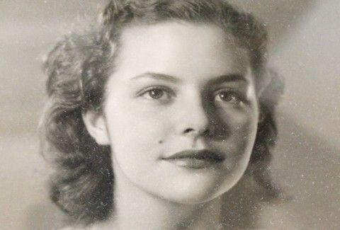 """Η 17χρονη Νταίζη Μαυράκη που εκλέχτηκε τρίτη """"Μις Υφήλιος""""."""