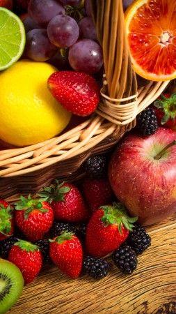 корзина фруктов, лимон, лайм, яблоки, виноград, клубника, ежевика, киви, грейпфрут (vertical)