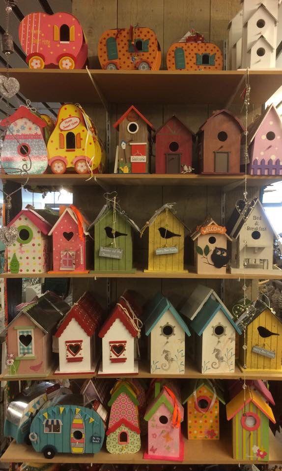 Als we door de winkel lopen, worden we van een hoop artikelen vrolijk, omdat ze zoveel kleur bevatten. Zoals deze vogehuisjes bijvoorbeeld. Zeg nou zelf...is het vrolijk of niet?