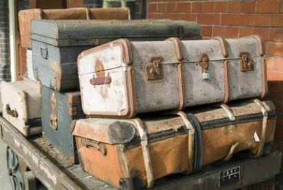Старые чемоданы бывают разные: от маленьких кожаных саквояжей до огромных, чуть ли не в полкомнаты колониальных хранилищ, в которых семья могла бы перевезти почти весь свой скарб