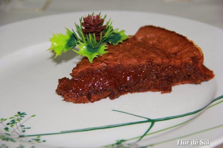Um bolo de chocolate que se derrete ... no prato e na boca! Uma delícia! A receita está aqui: http://flordesall.blogspot.pt/2014/12/bolo-de-chocolate-muiiiiiiito-decadente.html