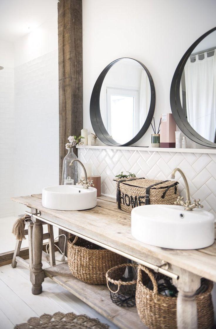 mesa alargada de madera estilo rústico convertida en mueble bajolavabo para dos