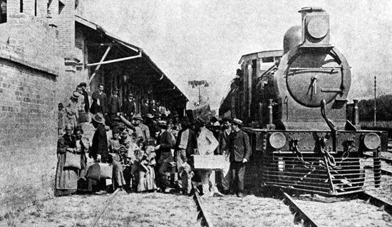 Desembarque dos imigrantes na estação da hospedaria - São Paulo (SP) – c.1907. Memorial do Imigrante/Museu da Imigração