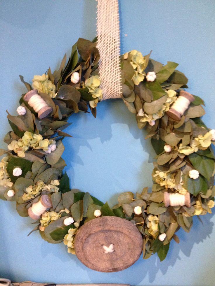 Krans met eucalyptus,appelblad,hortensia aangekleed met knoop,klosjes,pompoentjes 30cm 25 euro verkrijgbaar bij www.creanoeska.nl
