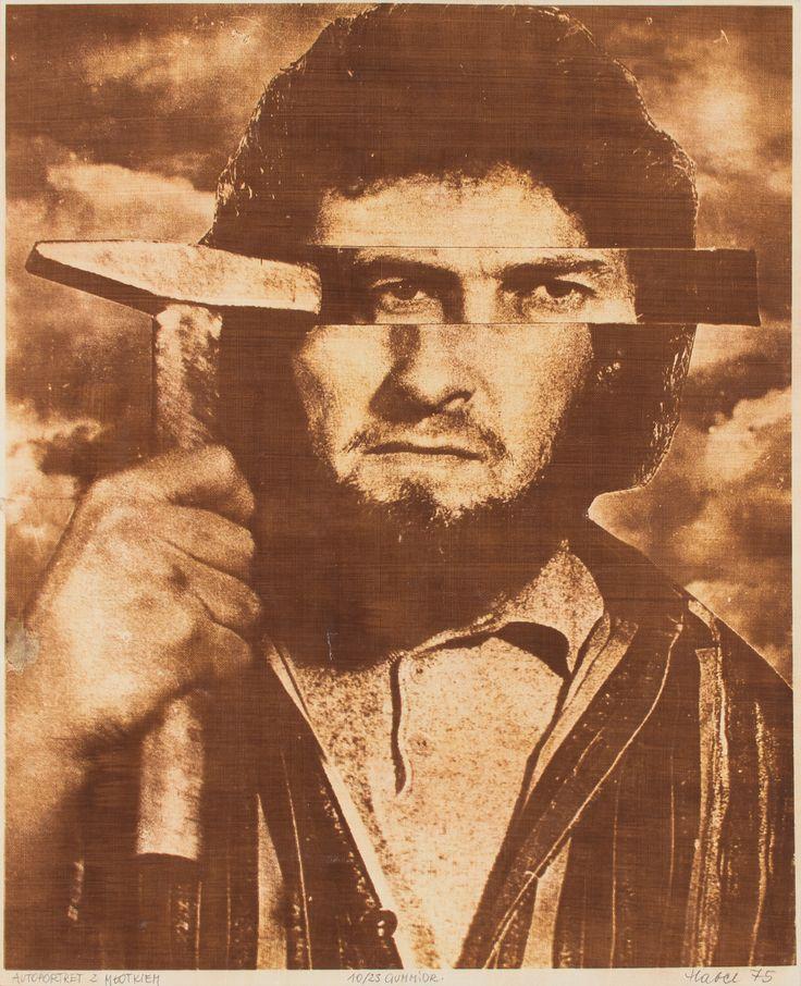 Autoportret z młotkiem – grafika w technice gumy arabskiej, którą w 1975 r. wykonał Włodzimierz Habel, nie pozostawia w obojętności. W surowym fotomontażu artysta ukazał siebie w brutalny sposób, sugerując poważne rozterki. Ich natury możemy się tylko domyślać. Nie trzeba jednak sięgać do biografii twórcy, by ujrzeć: oto człowiek skonfrontowany z tym, co widzi, myśli, czego doświadcza.