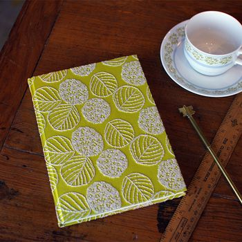 秋の夜長にぴったりなブックカバー。ノートに使ってもおしゃれ。