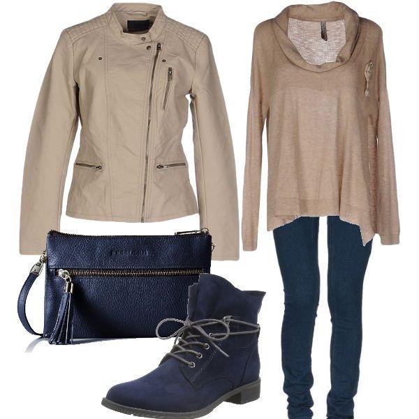 Alternanza di beige e blu per questo abbigliamento informale, giubbotto da motociclista e maxi maglia beige, jeans slim, tracolla con nappina e stivali chukka blu.
