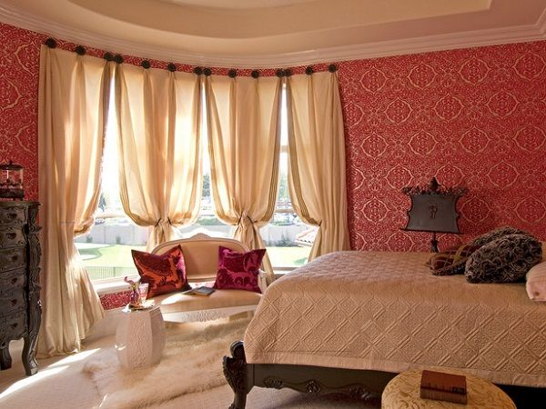 #excll #дизайнинтерьера #решения Красные обои не были бы такой хорошей идеей, если бы не красивый узор, который делает комнату элегантной.