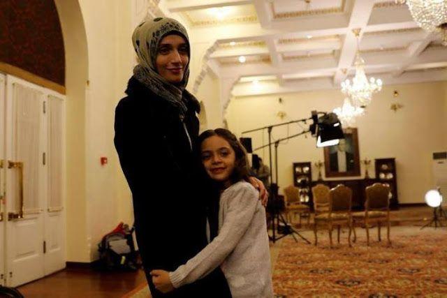 """Bana Alabed bermimpi pulang ke Aleppo  Fatemah dan Bana di Ankara Turki saat diwawancara oleh Reuters. (Reuters)  Gadis kecil yang terkenal sebagai """"artis twitter"""" Aleppo Bana al-Abed (7 tahun) bermimpi dapat kembali ke tanah asalnya. """"Saat aku besar aku ingin jadi guru dan kembali ke Aleppo untuk mengajar anak-anak di sana"""" ujar Bana yang kini berada di Turki. Bana terkenal melalui akun twitternya @alabedbana karena menunjukan perjuangan bertahan hidup di dalam pengepungan di Aleppo…"""