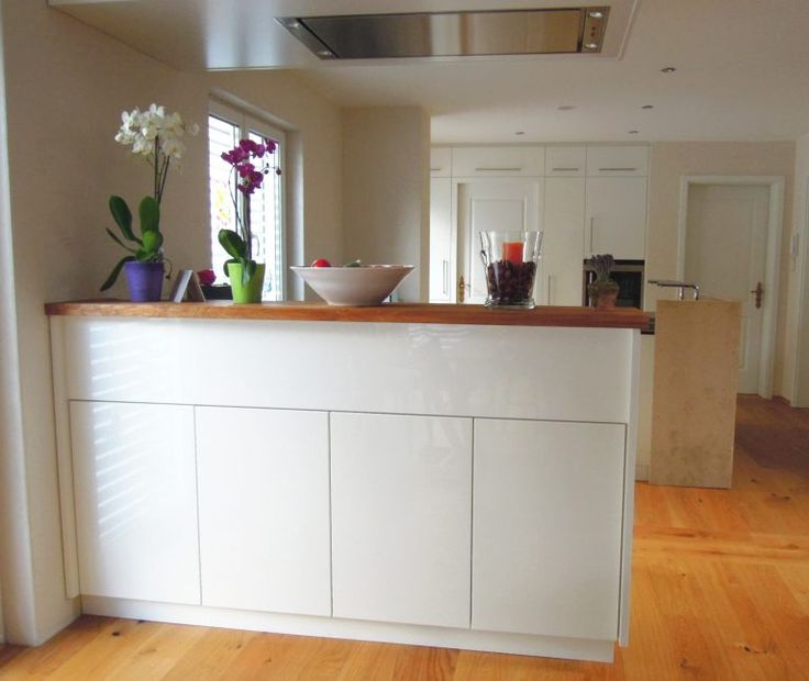 kchenblock in offener wohnkche kchentheke modern und wei mit dunstabzug stauraum - Moderne Wohnkche Weiss Mit Holz