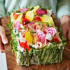 Smörgåstårta är den perfekta kalasmaten! Fira med en konstnärligt garnerad smörgåstårta med krispigt grönt. Innanför de spirande ärt- och sparrisskotten gömmer sig tre smakfulla fyllningar med smak av räkor, lax och avokado.