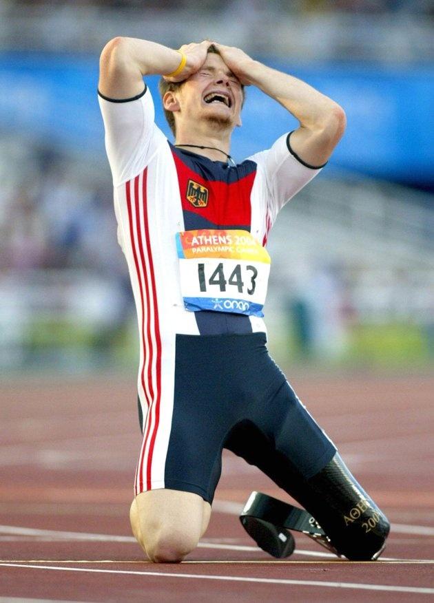 Inspirational Moments: Olympic celebrations - Behindertensport / Leichtathletik / Maenner : Paralympics 2004 , Athen , 25.09.04 , 200m Finale T42 Wojtek CZYZ / GER / Gold Foto:BONGARTS/Lars Baron