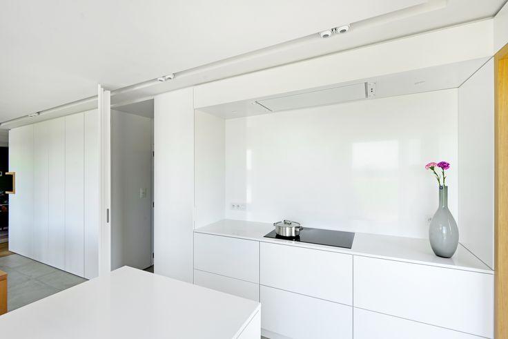 Verdoken deur in kastenwand keuken naar de kelder