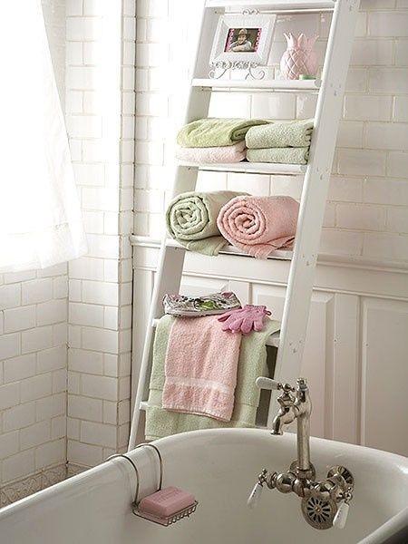 Para quem quer economizar nos móveis, uma escada de madeira reformada pode se transformar numa prateleira de banheiro bonita e diferente, para você guardar toalhas de mão, que devem ficar em local de fácil acesso, e decorar com vasos de flor, porta-retratos, etc.