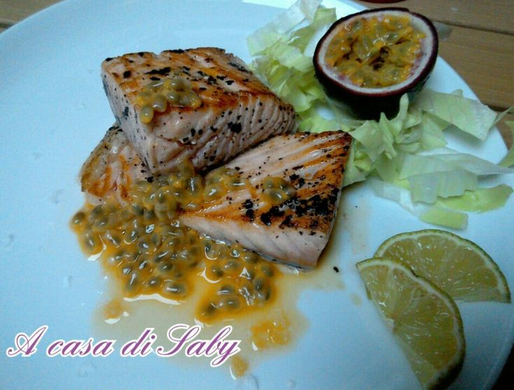 Il Salmone marinato al frutto della passione è un piatto unico nel suo genere, esotico e profumato, è adattissimo per quando si vuole mangiare un piatto gustoso ma, allo stesso, tempo leggero e salutare.