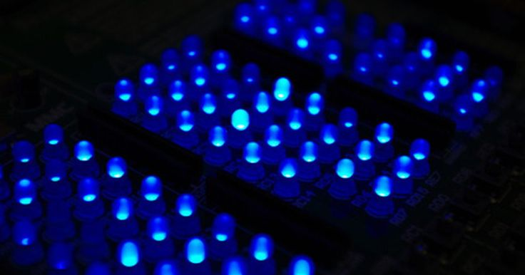 Cómo probar pantallas LED. La popularidad de los LEDs ha causado que tomen muchas formas. Algunos circuitos utilizan uno o pocos para actuar como indicadores luminosos en el panel de control, mientras que las matrices de los LEDs se utilizan en otras aplicaciones más grandes, como pantallas y señales de desplazamiento. Si bien los LEDs se caracterizan por tener un servicio ...