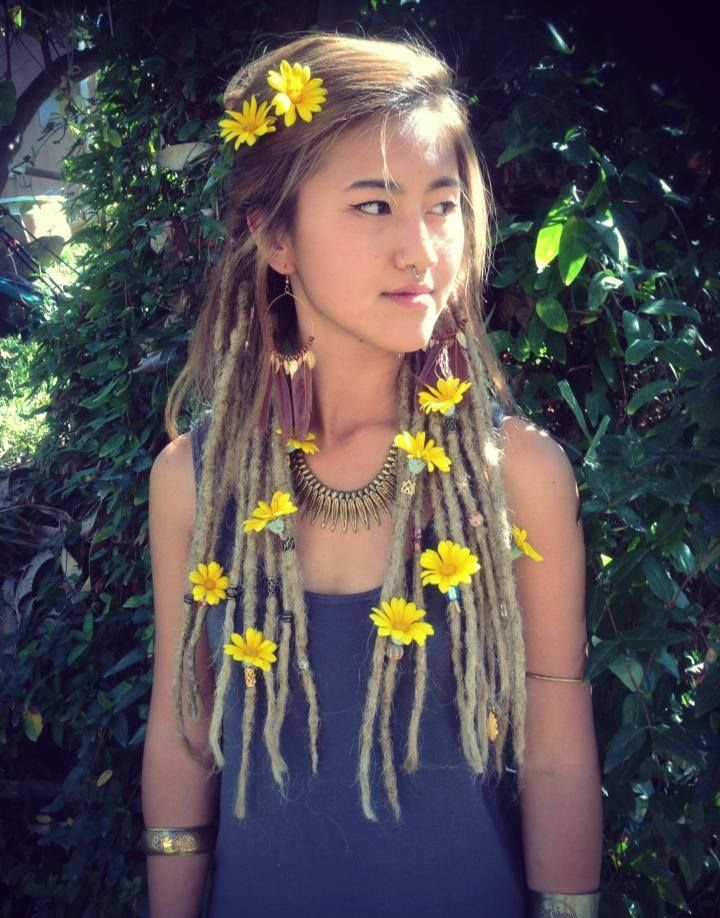 #dreads - love the flowers in her hair <3