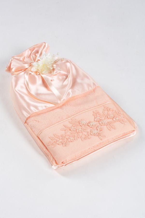 Lososowy ozdobiony perełkami woreczek z niespodzianką w postaci ręcznika MASAL 50x100cm z włókna bambusowego, w stosunku 40% bambusa i 60% bawełny.