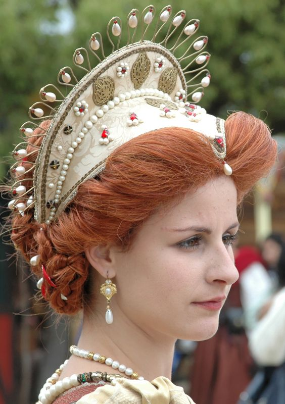 gorgeous head dress However, more for the Queen than court ladies, since this is more of a 'crown' than a 'hood'