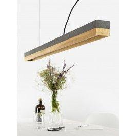 [C1]dark/oakDie rechteckige Hängelampe [C1]dark wird aus einem dunkelgrauen Beton gegossen. Sie kombiniert naturbelassenes Eichenholz mit rauem, eingefärbten Beton zu einer zeitlosen und eleganten Designerleuchte. Die unterschiedlichen Materialien der Lampenschirme lassen sich individuell kombinieren und können jederzeit getauscht werden. Mit der Kantenlänge von 122 x 8 x 8 cm eignet sich die Lampe besonders gut sie über einen Esstisch oder einer langen Tafel in Szene zu setzen. Auf Grund…