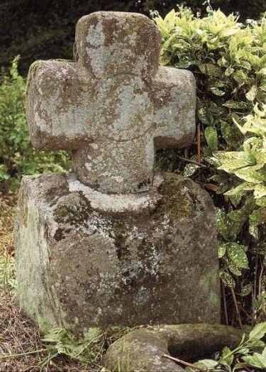 Carrefour du Fresne, Plerguer, Déplacée lors de la réfection de la route au bord de laquelle elle est située, cette croix à branches courtes est chargée en son centre d'une croix de Malte insérée dans une couronne. Une pierre creuse ressemblant à un bénitier a été déposée au pied du socle de la croix. Son origine templière est envisageable du fait de l'insigne sculpté situé au centre de la croix. La paroisse la plus proche de Plerguer était Vildé-Bidon, possession de l'ordre des templiers.