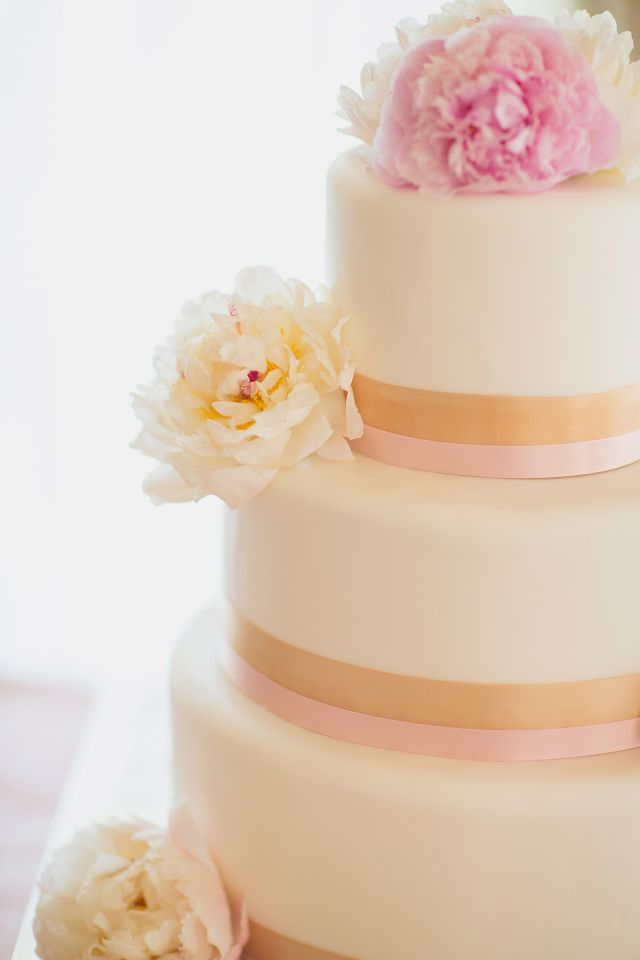 sweet and pretty pink & gold cake, photo by vitalicphoto.com