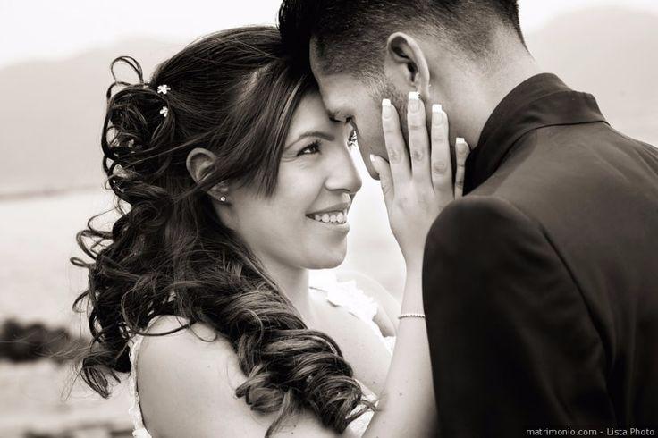 Coda semiraccolta laterale per sposa con i capelli ondulati