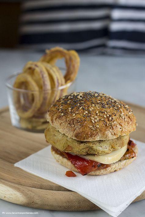 Hamburger di ceci con peperoni, marmellata di pomodori, scamorza e anelli di cipolla fritti