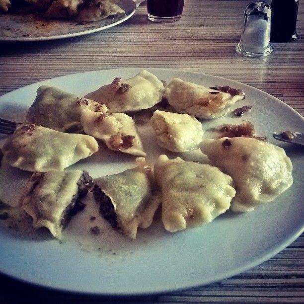 """Witaj Wrocławiu 😊 Na przywitanie wizyta w nowo otwartej restauracji """"WARZYWNIAK"""", gdzie można zjeść pyszne i tanie wegańskie #pierogi# (i nie tylko) 😋 Na zdjęciu ruskie i soczewicowe po 6 złoty za 8 sztuk 😁 POLECAM! #wegańskiejedzenie#weganizm#wegańskiepierogi#warzywniak#wegewroclaw#veganessen#veganküche#veganfood#vegan#instafood#dumplings#vegandumplings#veggiefood#GOVEGAN#"""