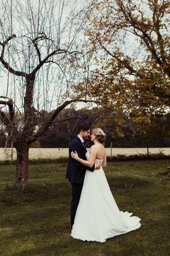 Freie Trauung Im Garten Der Alten Tenne Eder Am Holz Hochzeit In Der Scheune Rustikale Herbsthochzeit Trauung Scheunen Hochzeit Herbsthochzeit