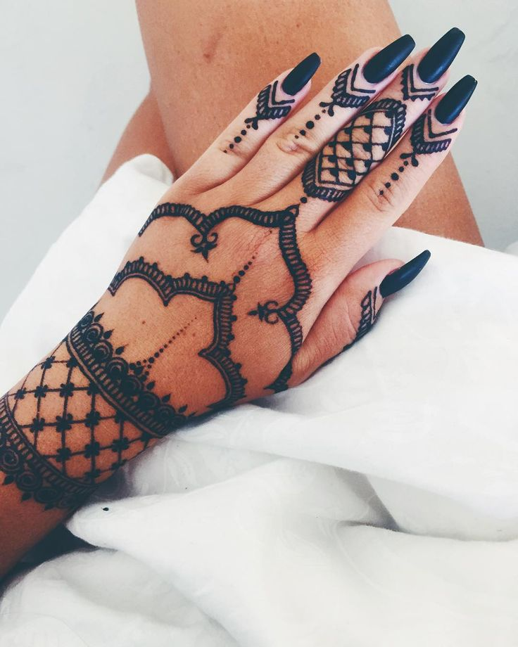 Black matte nails by @stockholmmariee Henna by @anilahenna ✖️