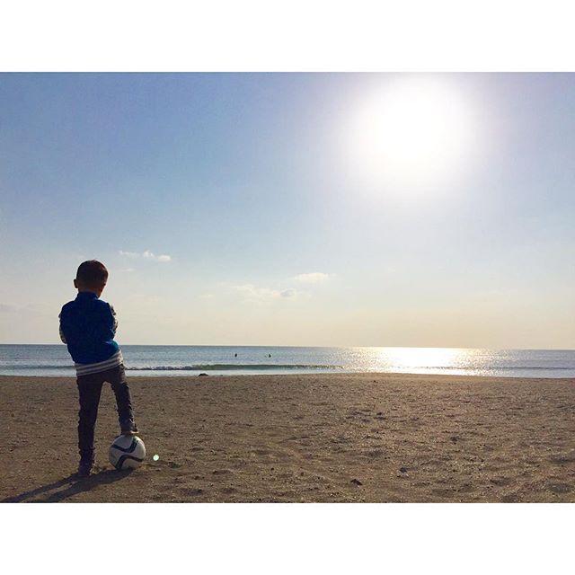 【yyhiro】さんのInstagramをピンしています。 《SOCCER TIME!! ZAIMOKUZA BEACH!! ☆ #japan#kanagawa#材木座#zaimokuza#beach#sea#海#iphone#instagood#smile#holiday#最高#son#family#sky#空#sun#sunny#sunset#鎌倉#kamakura#sea#ocean#likes#hinatayamaguchi #息子#soccer #サッカー#follow4follow #followforfollow #followback》