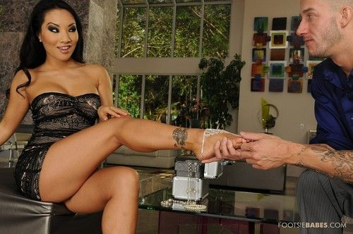 Video, film women make her slave kiss her shoes
