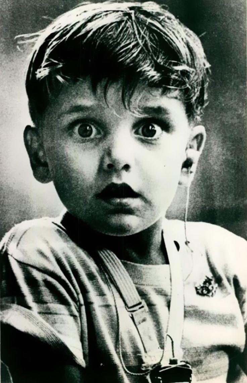 Harold Whittles, un bambino affetto da sordità, ascolta per la prima volta un suono grazie ad un apparecchio acustico, 1973. Foto di Jack Bradley.