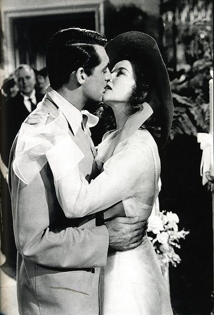 Cary Grant y Kathryn Hepburn besándose, divinos y totalmente fú en Historias de Filadelfia. #amorfu #revista #peliculas