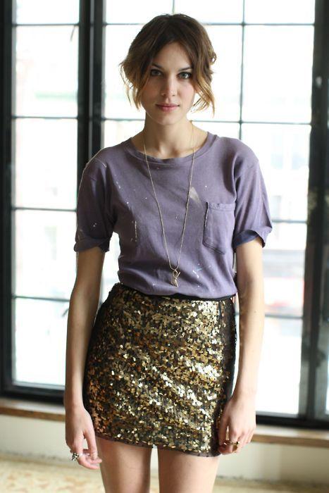 Saia de paetê dourado + camisa podrinha cinza