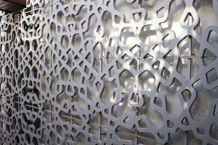 Sebka o Celosia a gran escala del Patio Central, Patio de los Naranjos de EME  La Sebka o Lacería presente en el Patio principal de hotel es de Duralmond, un material composite obtenido de la mezcla de cascaras de almendras y de resinas naturales y sinteticas.  Un elemento de decoración que se convierte en la segunda piel del patio principal, Patio de los naranjos de EME, y que refleja las raices y el legado historico de la presencia musulmana en la ciudad de Sevilla.