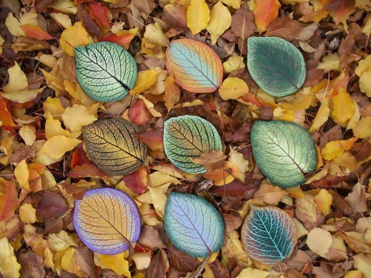 galets décoratifs multicolores en forme de feuilles d'arbre d'automne