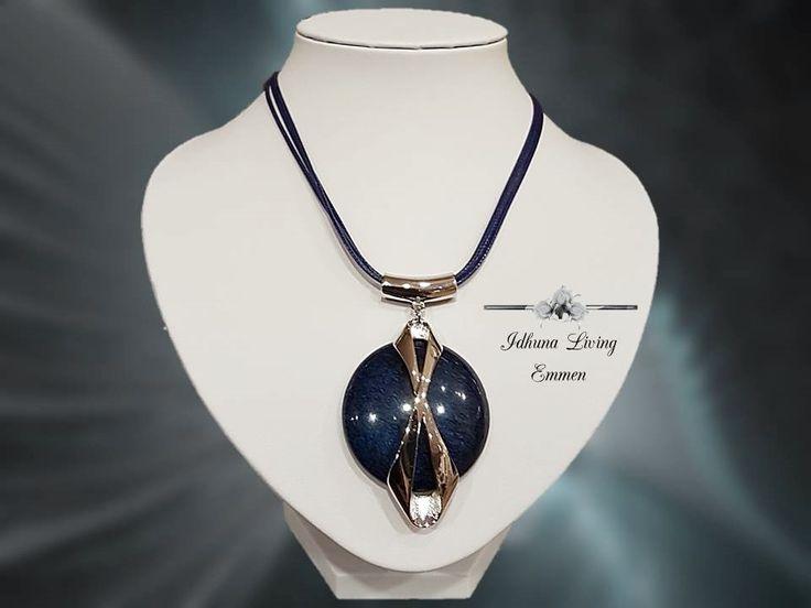 Dames halsketting kort pendant. Kleur: blauw-zilver. Acryl steen