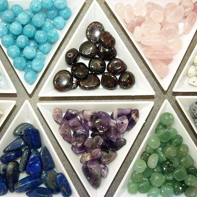 PIERRES NATURELLES - Avis aux amateurs de pierres fines! De nouvelles variétés sont disponibles au Comptoir à perles, parmi lesquelles Aquamarine, Agate indienne, Howlite, Jaspe australien, Garnet,...avec des formes variées, taillées ou brutes, à découvrir! #lecomptoiraperles #perles #pierresnaturelles #stones #naturalstones #amethyste #quartz #lapislazuli #auquamarine #garnet #beads #naturalbeads #DIY #faitmain #bijoux #handmade #handmadejewelry #jewelslovers #creation #creativity…