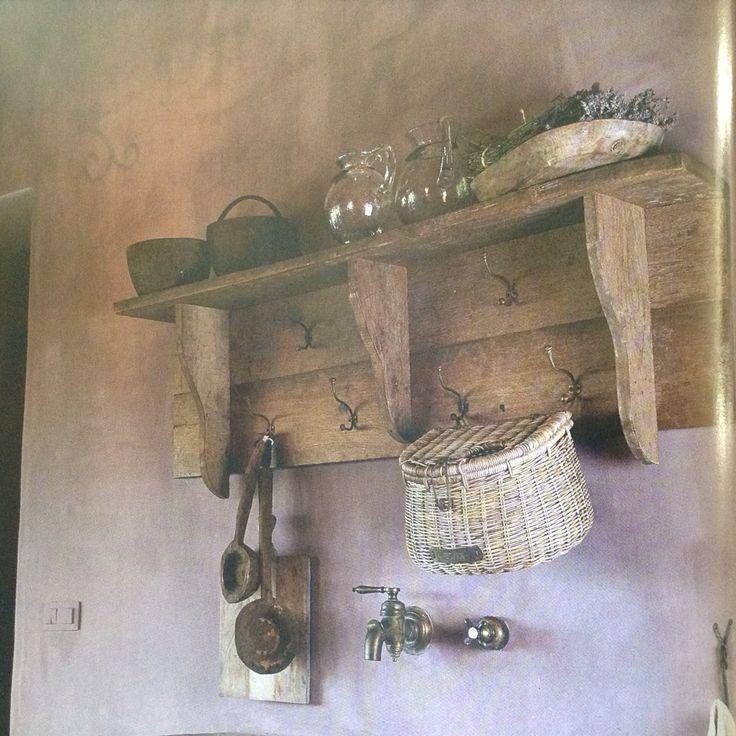 Hij liet zijn ogen over alle voorwerpen in de kleine hut glijden en nam alles goed in zich op. De muren waren gemaakt van boomstammetjes en de kieren waren opgevuld met mos.