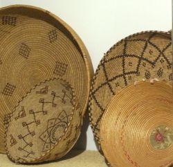 Cesti per granaglie e pane, fibra di asfodelo, tinta naturale e tessuto, Sardegna, inizi XX